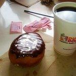 Clasica dona bañada en chocolate y cafe por menos de usd 4