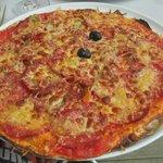 Crèpe à la tomate avec 2 olives. C'est pas une pizza !