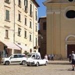 La Piazza davanti all´Hotel Zunica con la chiesetta, situazione suggestiva per matrimoni