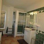 très belle salle de bain avec douche spacieuse