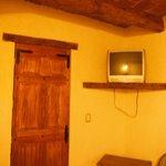 Tv y puerta del baño
