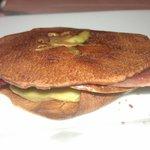 Galletitas caramelizadas de manzana, con foie y jamón ibérico. Una delicia