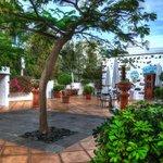 Patio de la entrada con el restaurante La Bodega