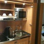 Cozinha interna no apartamento, fica oculta em porta de armário