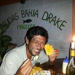 Juan Chavez degustando un ceviche de camaron