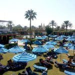 spazio relax tra piscine e spiaggia