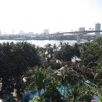 Vue sur piscine et rivière