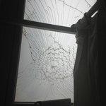 vidrio de la ventana del baño de mujeres del spa. ademas el inodoro no funcionaba el botón
