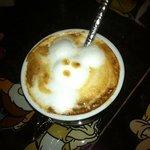 Exceptionnel: dessin sur de la mousse de lait, pour un café en plus délicieux