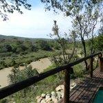 Terrasse der Villa mit Blick auf den Mkuzi, wo die Antilopen zum Trinken kommen