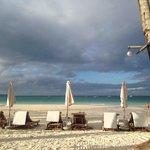 утро. Пляж у отеля
