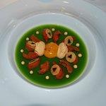 Oursins violets sur oseille en gelée, oeuf mollet, crémeux d'oursin