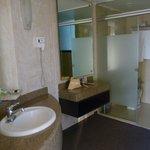 Vista parcial del baño suite Orquídea