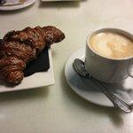 Mascarpone Croissant + Café con leche