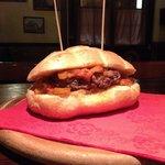 """Hamburger """"Sicilia"""" con la caponata."""