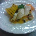 Treccia di rana pescatrice su salsa di peperoni e timballetto di polenta alla griglia