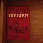 Bibel im Nachttisch.