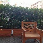Лаунж-зона перед входом в отель