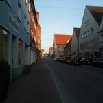 Fachada do hotel e a rua em que está localizado