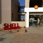 Entrée de l'hotel, on dirait un hôtel Shell