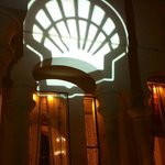 Projection du logo shell sur les murs, au diner