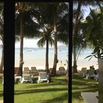 Пляж из окна номера. Вечером светятся яхты, соседний берег и подсвечиваются пальмы