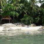 Small beach links van het restaurant