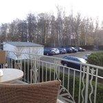 Aussicht vom hinteren Balkon Zimmer 144 auf Parkplatz
