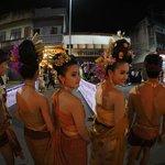 パレードには民族衣装を着た綺麗な人がいっぱいです。
