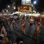 夜はメインロードをパレードが練り歩きます。