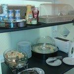 desayuno buffet. cada dia un plato caliente distinto. (huevos, salchichas, choricitos, revueltos