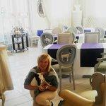 ресторанчик с портретами Шико на спинках стульев