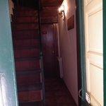 Questo è il corridoio che porta alle stanze del piano di sotto e la scala che porta al piano d s