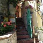 portoncino d'entrata e prima rampa di scale