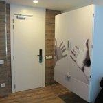 Derrière les portes le lavabo de la chambre !