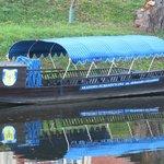 Прогулочная лодка Пултусской гуманитарной академии на причале у замка