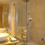 Ducha doble, con altavoces en el baño para escuchar la música del equipo hifi