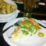 Pizza margarita, con cerveza y papas a la provenzal! ♥