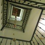 escalera a las habitaciones decorada para Navidad