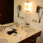 La salle de bain de la chambre 214