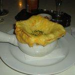 Sopa de cebola com cobertura de pão e queijo