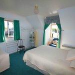 queen bedroom with single bed