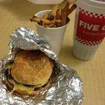 Cheesburger com bacon, fritas e coca infinita