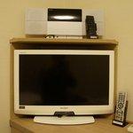 テレビの上にはiPodかなんかをドッキング出来る機械が付いてました。