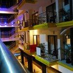 Балконы отеля, вид от бассейна