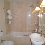 salle de bain de la chambre de luxe