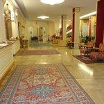 Die sehr schön möblierte Hotelhalle