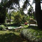 schöner schattiger Hotelgarten