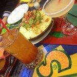 Michelada, nachos y copa de margarita