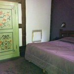Schlafzimmer mit altem, knorrigen Schrank